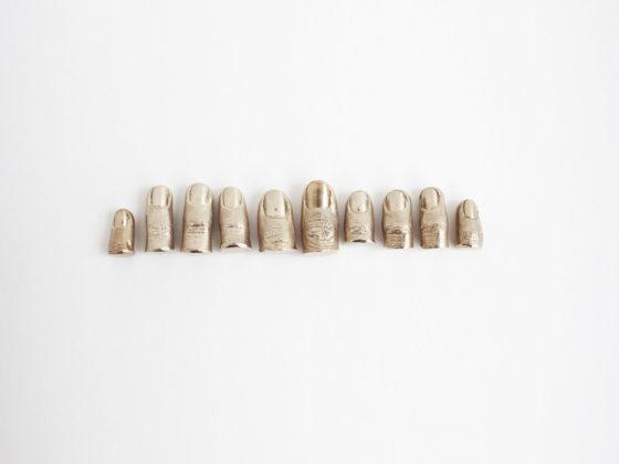Stéphanie Solinas, Sans titre (que faire de ses dix doigts), 2013, bronze